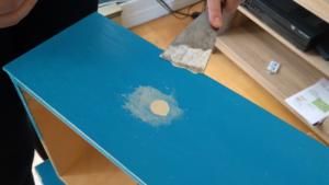 Rebouchage d'aspérités sur la surface du tiroir