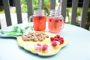 L'eau aromatisée devient rose grâce à l'infusion de la framboise et de la rhubarbe.
