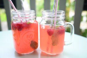 Rajoutez des feuilles de menthe fraîche et des framboises dans votre boisson, c'est joli et encore plus bon