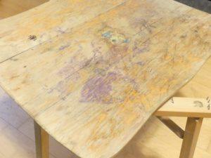 La table était en très mauvais état. Le plateau était très abîmé, tâché, et séparé des pieds.