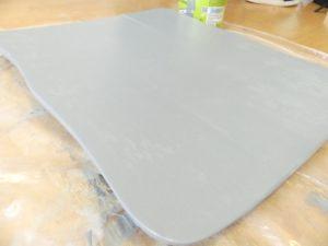 Pour le rendre plus beau, j'ai poncé le plateau et je l'ai peint en bleu-gris très clair.