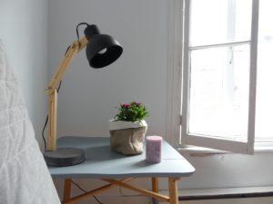 J'ai installé ma table d'appoint comme une petite table de chevet, dans la chambre d'amis.
