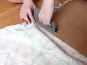 Agrafez le tissu à un plateau de bois fin