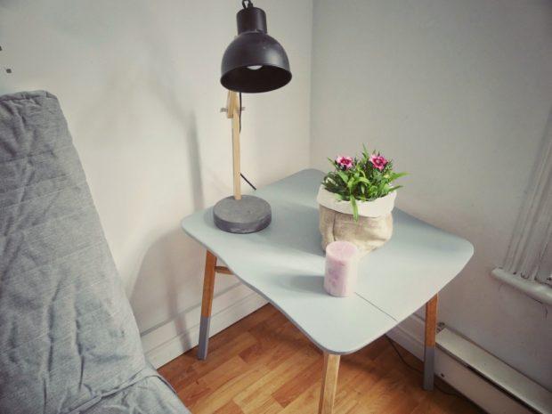 Une petite table d'appoint trouvée dans la rue et réparée par mes soins.