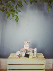 Pour le diy il vous faut de la peinture, un pinceau éponge, des pots de confiture propres et du tissu