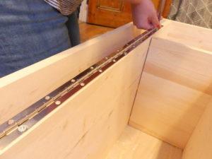 Installer une charnière pour rendre votre plateau plus solide