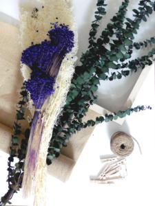Matériel necessaire: corde, fleurs séchées, toile de jute et cadre boite
