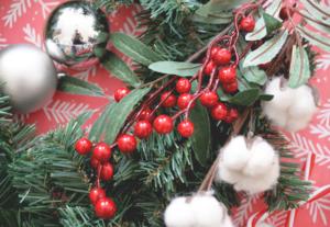 il vous faut une couronne, des bougies, des boules de Noël et des petits éléments que vous voulez coller dessus.