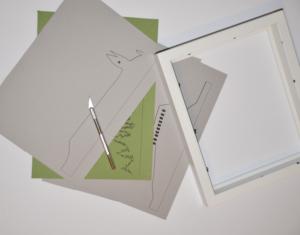 Il vous faut du papier canson, un cutter, un cadre et de la colle!